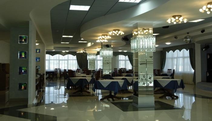 Элегантный зал для проведения корпоративов и праздников с красивым потолочным освещением