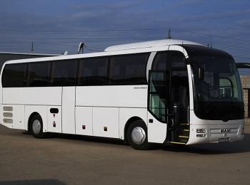 Белый автобус с открытой дверью боком