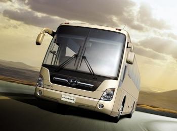 Серебристый автобус в дороге в вечернюю пасмурную погоду