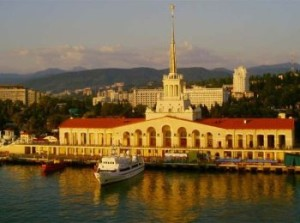 Здание морского вокзала в Сочи под заходящим солнцем