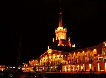 Морской вокзал в ночное время полностью освещен фонарями