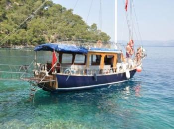 Небольшое синее судно для прогулок по морю до Трабзона