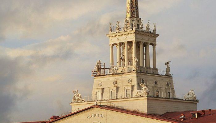 Прекрасная трехярусная архитектура на шпиле здания