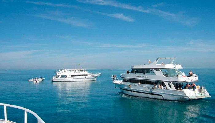 Прекрасные двухярусные яхты на синем морской воде под ярко-голубым небом