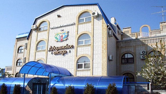 Здание гостиницы Дворянское гнездо с синими навесами у входа