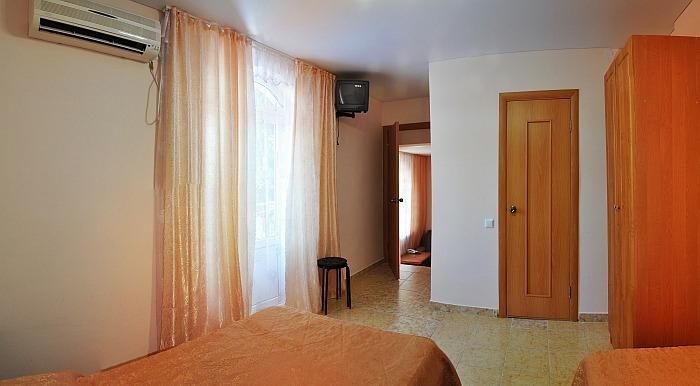 Номер в бежево-оранжевых тонах с несколькими комнатами