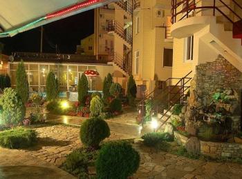 Ухоженный благоухающий двор в гостинице Золотое руно ночью