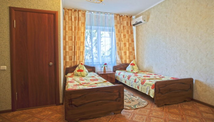 Обычный двухместный номер с кондиционером и красивой чистой постелью