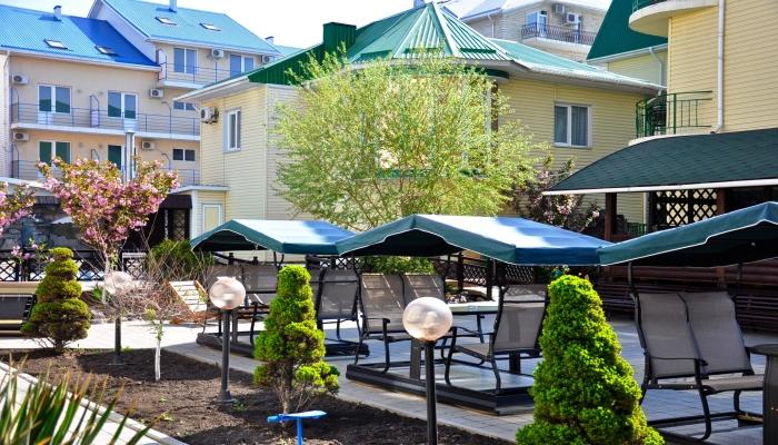 Двор и здание гостиницы Астория в летнее время