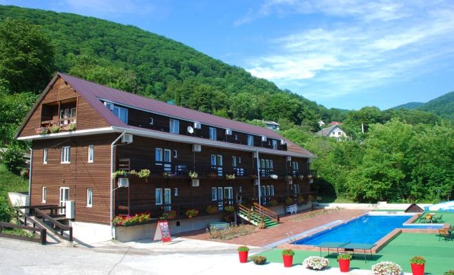 Корпус отеля со спа услугами Роз Мари выполнен в деревянном стиле