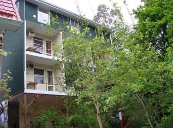 Корпус гостиницы Дубрава с зелеными деревьями перед ним