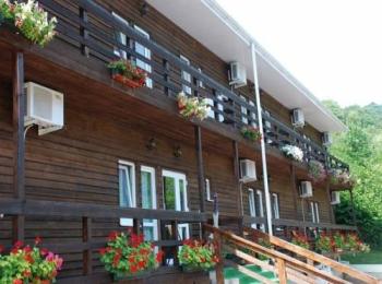 Корпус отеля Роз Мари украшен яркими живыми цветами