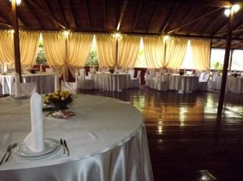 Зал ресторана, где кроме обычного питания проводят банкеты и празники