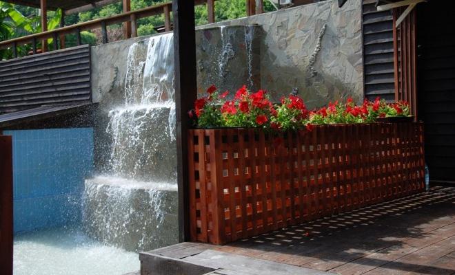 На территории отеля есть источник минеральной воды в виде водопада
