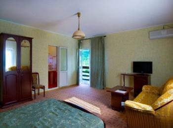 Один из номеров спа-отеля, выполненный в бирюзово-желтых тонах