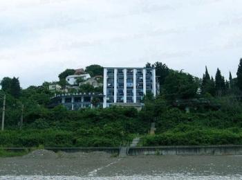 Корпус гостиницы Орешник утопает в зелени