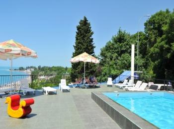 Площадка с бассейном открывает чудесный вид на море и зеленые горы
