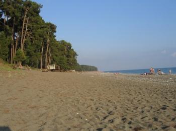 В Пицунде только один песчаный пляж - без всяких аттракционов, но зато очень приятный и чистый
