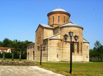Патриарший собор в Пицунде привлекает множество туристов