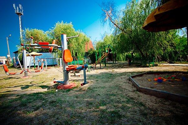 Ухоженная детская площадка для развлечений на свежем воздухе