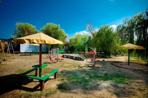 Места для отдыха родителей под навесами на детской площадке