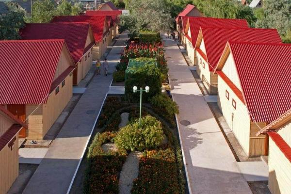 Коттеджи с красными черепичными крышами и чистыми аллейками