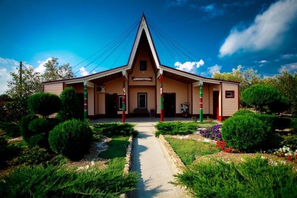 Административный центр базы с зеленым благоустроенным двориком
