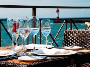 Бокалы для вина на столике на веранде с видом на море в ресторане Сочи
