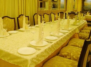 Зал ресторана Фидан обставлен в желто-бежевых тонах