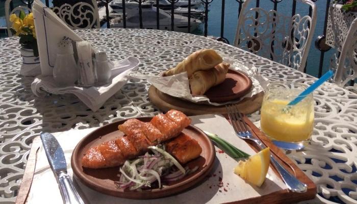 Блюда в ресторане на столе террасы
