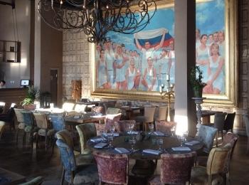В зале размещена большая картина с олимпийскими спортсменами и кованные люстры