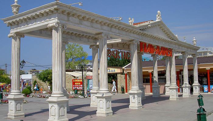 Главный вход в парк-набережную Паралия