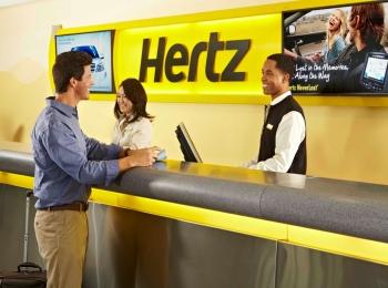 Мужчина берет автомобиль в аренду в офисе Heartz