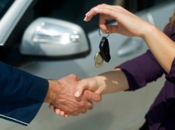 Арендовать автомобиль можно в специальном пункте, онлайн или по телефону