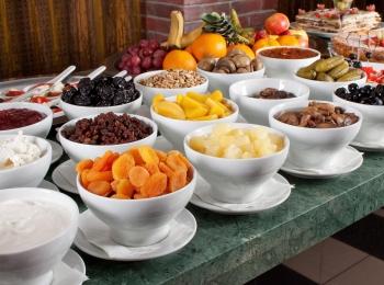 Завтраки в пансионате устроены по системы шведский стол, доплачивать за них не требуется