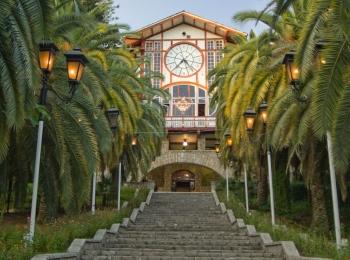 Знаменитый парк в Старой Гагре, окруженный сочной зеленью