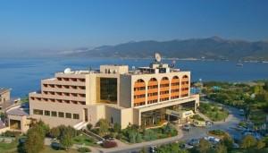 Корпус курортного комплекса Надежда на фоне моря и зелени