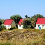 Коттеджи с красными крышами базы отдыха Тамань