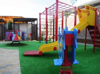 На заднем дворе расположена детская игровая площадка