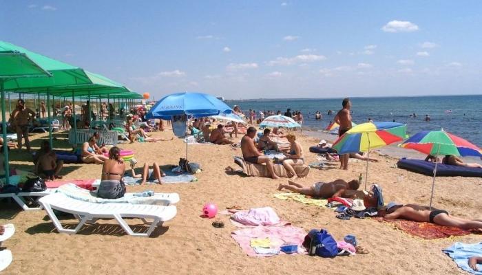 На территории пляжа есть платные и бесплатные шезлонги,  лежаки и прочие удобства