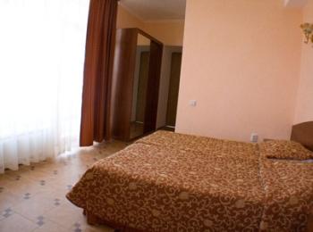 Один из номеров с двуспальной кроватью и шифоньером