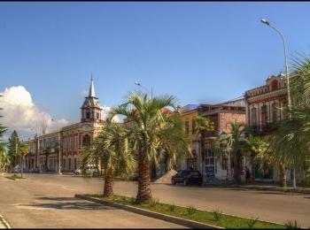 Прекрасная площадь в центре Гудауты