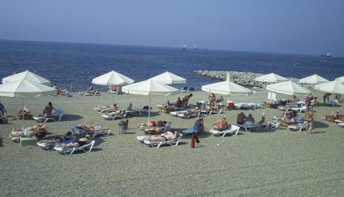 Широкий и удобный пляж, прилегающий к территории пансионата
