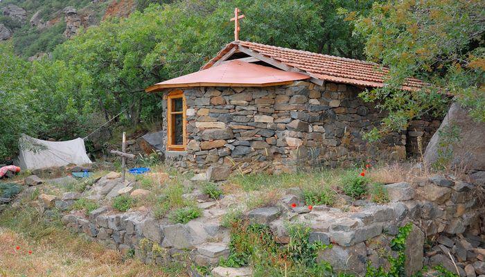 Старинный монастырь на поляне  Ай-Констант