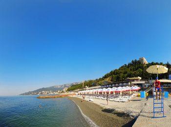 Чистое побережье на оборудованных пляжах