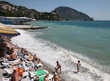 Чистый и ухоженный галечный пляж