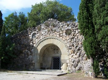 Склеп Березина на территории дворца