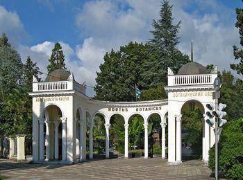 Главный вход Сухумского ботанического сада