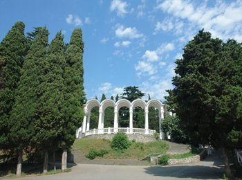 Колоннада при входе в парк