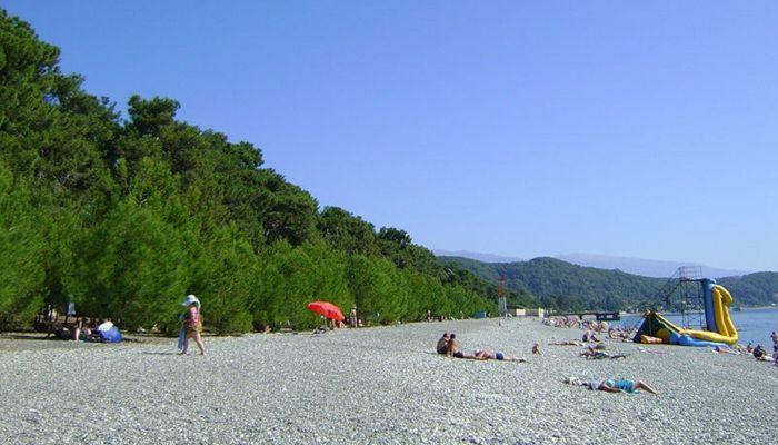 Собственный мелкогалечный пляж